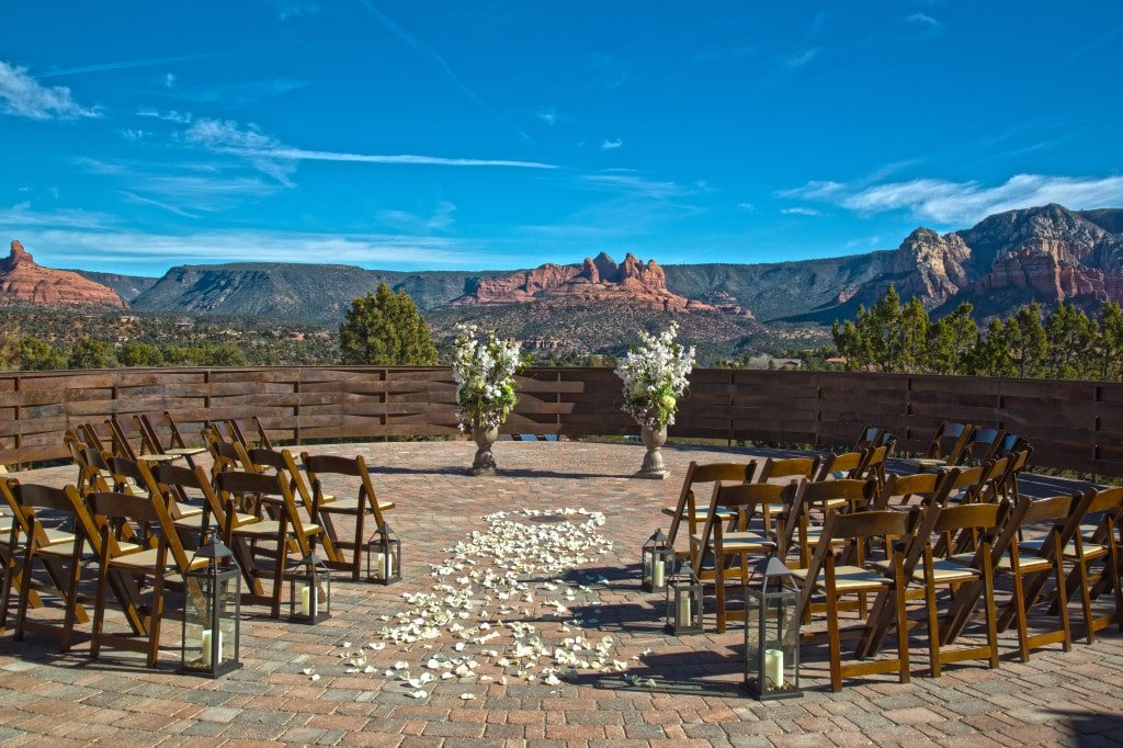 agave of sedona wedding venue with red rocks and white floral arrangements
